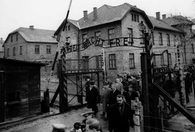 ORG XMIT: 431901_0.tif Membros da Comissão de Julgamento Frankfurt Auschwitz chegam ao campo de concentração de Auschwitz. Members of the Frankfurt Auschwitz Trial Commission pass through the main gate of the former Nazi concentration camp in Auschwitz, Poland in this Dec. 14, 1964 file photo. Deutsche Bank faces new pressure to make restitution to Nazi victims after disclosing that it helped finance construction of the Auschwitz death camp, it was reported Friday, Feb. 5, 1999. (AP Photo/File)