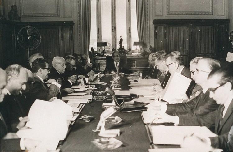 O presidente Arthur da Costa e Silva preside reunião do Conselho de Segurança Nacional, no Rio, que aprovou o Ato Institucional nº 5 [AI.5], em 13 de dezembro de 1968. [FSP-Brasil-26.10.96]