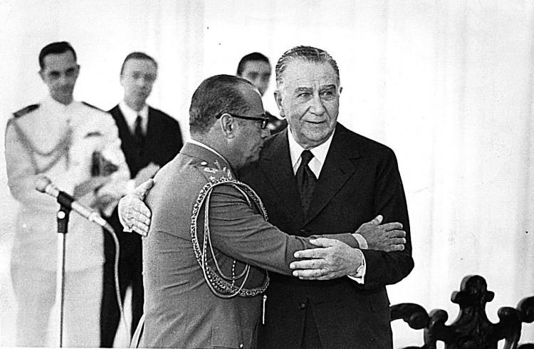 O general João Batista de Oliveira Figueiredo abraça o general Ernesto Garrastazu Médici em foto de 05.01.78. [FSP-Brasil-16.07.95]*** NÃO UTILIZAR SEM ANTES CHECAR CRÉDITO E LEGENDA***