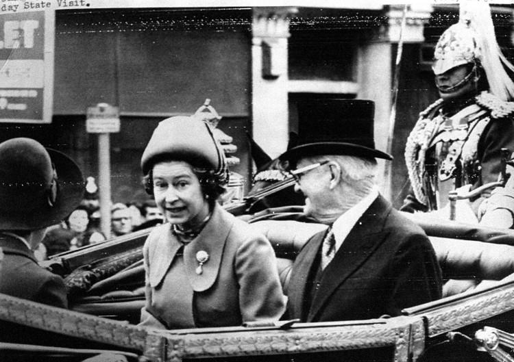 A rainha Elizabeth e Ernesto Geisel numa carruagem, após a chegada do presidente brasileiro em Londres para uma visita de quatro dias.*** NÃO UTILIZAR SEM ANTES CHECAR CRÉDITO E LEGENDA***