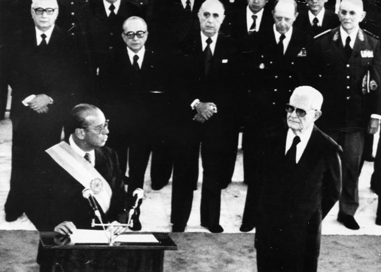 BRASÍLIA, DF, BRASIL, 15-03-1979: O presidente da república João Baptista Figueiredo, durante discurso de posse ao lado do seu antecessor Ernesto Geisel, em Brasília (DF). (Foto: Folhapress)