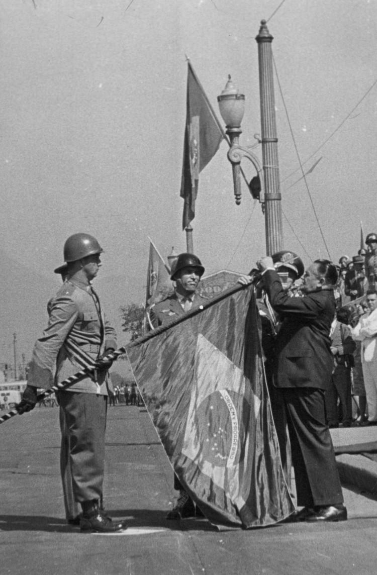 lightbox Golpe O presidente Humberto de Alencar Castelo Branco comemora o Dia do Soldado. 25/08/1964. Foto: UH/Folhapress