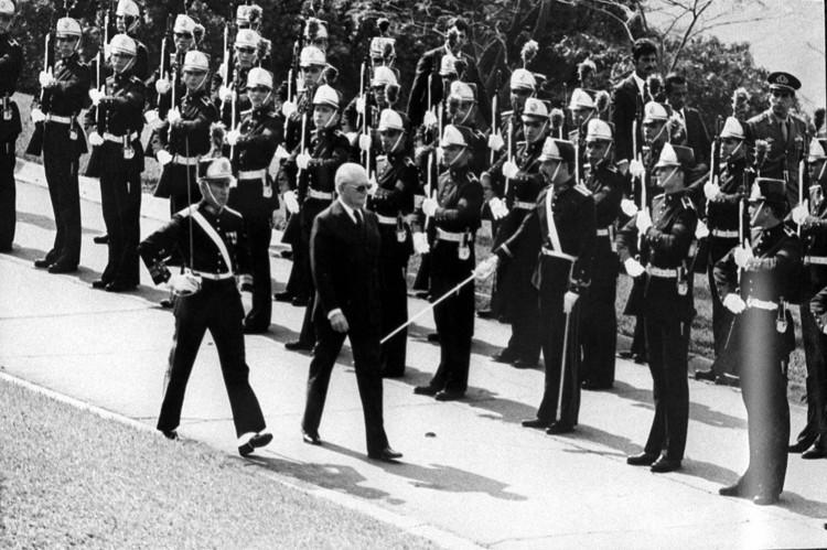 141201_0.tif. O presidente Ernesto Geisel passa tropas em revista. (São Paulo, 1977, Foto da Folha Imagem)  ***FOTO DE USO EXCLUSIVO FOLHAPRESS***