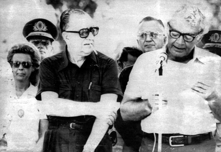 ORG XMIT: 114801_0.tif O presidente Emílio Garrastazu Médici (à esq.), sem paletó e imperturbável diante do ataque dos mosquitos, participou em 30 de janeiro de 1974 da cerimônia que declarou aberto mais um trecho da rodovia Transamazônica, em Jacareacanga (PA); à dir., o ministro dos Transportes, Mário Andreazza. O presidente Médici inaugurou mais um trecho implantado na rodovia Transamazônica, com 1.070 quilômetros, entre Itaituba, no Pará, e Humaitá, no Amazonas. Eram exatamente 11h40 quando o presidente descerrou uma placa de bronze encravada num castanheiro de 45 metros de altura, hasteou a bandeira nacional e ouviu o discurso do ministro dos transportes, toda a solenidade durou apenas 35 minutos. A Transamazônica tem por objetivo não apenas a colonização e a integração da Amazônia ao Nordeste e ao Centro-Sul, mas também a integração dos terminais navegáveis dos afluentes meridionais do Amazonas, como o Tocantins, o Xingu, o Tapajós e o rio Madeira, unindo por terra os municípios de Marabá, Altamira, Itaituba e Humaitá. Com o apoio da estrada ao sistema fluvial da Amazônia, estará assegurado o acesso às chamadas terras altas, localizadas no extremo setentrional do país. (Jacareacanga, PA, 30.01.1974. Foto de Roberto Stucket/Folhapress)