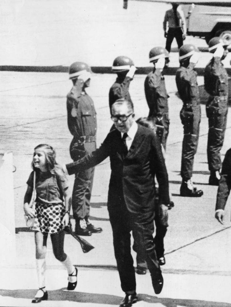 O presidente Emílio Garrastazu Médici e sua neta Carla chegam na Guanabara, no Rio de Janeiro (RJ). (Foto: 30.mar.1972/Folhapress)